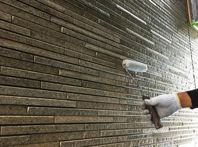 外壁サイディングのクリヤ塗装の施工中