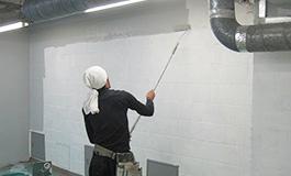 商業施設の内壁の塗装中