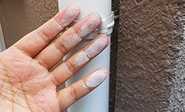 手で外壁を触ると白くなる