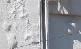 外壁の塗膜が膨れている